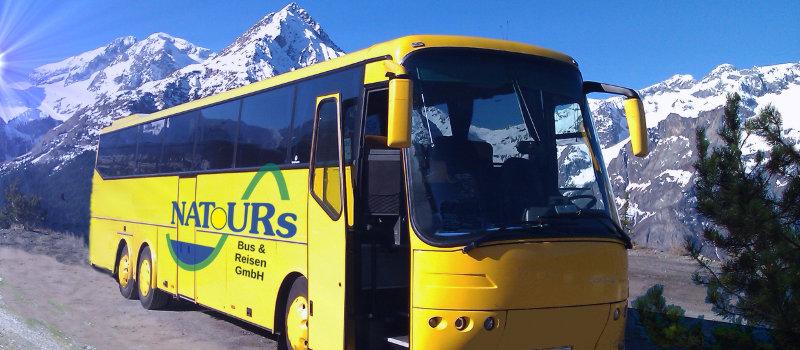 Foto gelber Natours Bus
